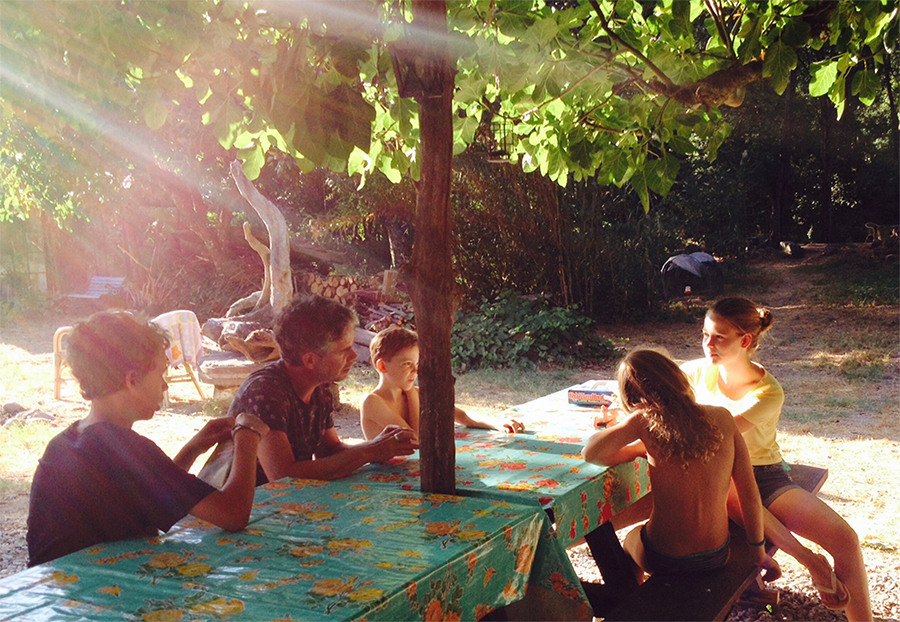 Guests chatting under fig tree at the quinta.
